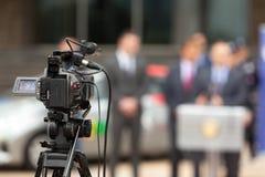 tło mikrofonów prasy konferencja odizolowane white Zakrywać wydarzenie z kamera wideo Fotografia Stock