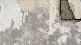 Tło naturalny cementowy tynk na ściennej popielatej równinie textured z pęknięciami w górnym prawym kącie Obraz Stock