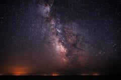 Tło niebo z Milky sposobem na na je i światło nad wodą jaskrawy i gwiaździsty Obrazy Stock
