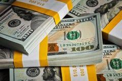 Tło nowi 100 USA dolarów banknotów rachunków Fotografia Stock