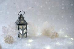 tło płatków śniegu biały niebieska zima Piękny candlestick w formie domu Zdjęcia Stock