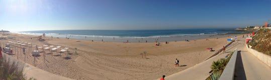 Tło panoramy widok plaża w Cascais na Atlantyckim wybrzeżu w Portugalia obraz stock