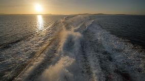 Tło pieni się za ferryboat wodny ślad Zmierzchu i wieczór czas zbiory