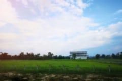 Tło plamy szeroki pole z białymi budynkami w jaskrawym błękitnym dniu, Opróżnia z kopii przestrzenią dla text†‹ Fotografia Royalty Free