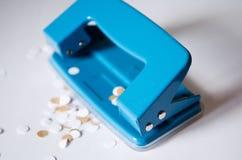 tło pod dziurą odizolowywał puncher cienia biel officemates Błękitny dziura poncz dla biura Puncher dla papieru obraz stock