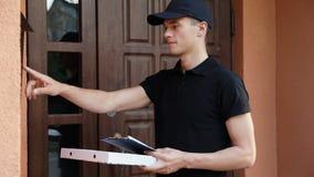 tło pracownik pudełkowaty doręczeniowy przystojny odosobniony nadmierny usługowy biały Mężczyzna Dostarcza pizzę klienci Do domu zbiory