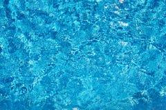 Tło przejrzystej błękitne wody odgórny widok Obrazy Royalty Free