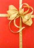 tło pudełkowaty prezent nad czerwonym bielem Obraz Royalty Free