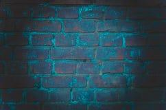 Tło pusty pokój z ścianami z cegieł i betonowymi podłogowymi płytkami Neonowy światło, światło reflektorów fotografia royalty free