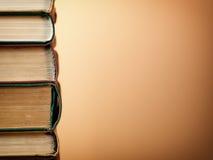 Tło robić stare książki układał w stertach Zdjęcie Stock