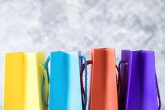 Tło robić zakupy online pojęcie, zamazuje kolorowego torba na zakupy Zdjęcie Stock