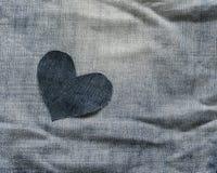 Tło samotny drelichowy serce kłama w miętoszącej błękitnej tkaninie Zdjęcia Royalty Free