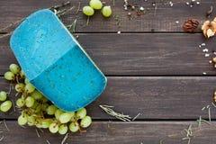 tło ser zawiera siatka ilustracyjnego wektor Gouda pesto błękitna lawenda na nieociosanym drewnie Fotografia Stock