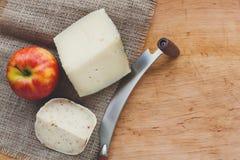 tło ser zawiera siatka ilustracyjnego wektor Gouda pesto kawałki na drewnianym stole Zdjęcia Stock