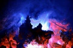 Tło składa się turkusowego płomień od płonącego magnezu na gorącym węglowym antracycie zdjęcia royalty free