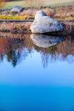 Tło spokoju kamień w wieczór i woda Zdjęcie Stock