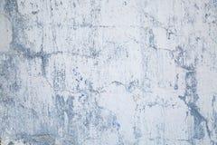 Tło stara ściana z płatkowatej farby szarą lilą teksturą obrazy stock