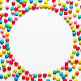 Tło stubarwni słodcy cukierków dragees zdjęcia stock