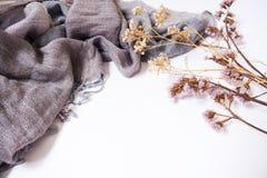 Tło szablony z pustą tekst przestrzenią na tkaninie i dekoracyjnych wysuszonych kwiatach obrazy stock