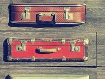 tło szczegółów tekstury okno stary drewniane Stary retro rocznik walizek valise na drewnianych deskach Zbieracki zgromadzenie w s Fotografia Stock