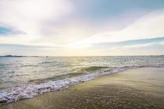 Tło tekstura Błękitny morza i brązu piasek fotografia royalty free