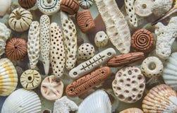 Tło tekstura ceramiczna czerwień i jaskrawi koraliki Zdjęcia Royalty Free