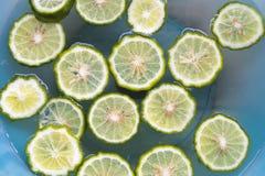 Tło tekstury natury kaffir wapna plasterka pławik na wodzie obraz royalty free