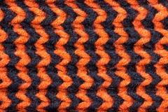_ Tło trykotowa tekstura Jaskrawe dziewiarskie igły Pomarańczowa i czarna wełny przędza dla dziać fotografia stock