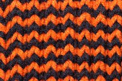 _ Tło trykotowa tekstura Jaskrawe dziewiarskie igły Pomarańczowa i czarna wełny przędza dla dziać obrazy stock