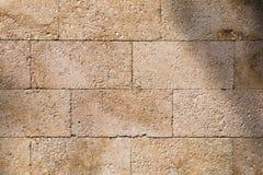 Tło, wapień ścienna tekstura, skorupy skały bloki obrazy stock