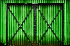 Tło wizerunek zielony metal gofrował żelaznego stajni drzwi wejście z czarnymi liniami Zdjęcie Stock