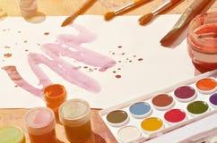 Tło wizerunku seansu interes w akwareli sztuce i obrazie Malujący prześcieradło papier, otaczający muśnięciami, słoje waterc Zdjęcia Royalty Free
