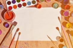 Tło wizerunku seansu interes w akwareli sztuce i obrazie Pusty prześcieradło papier, otaczający muśnięciami, puszki z waterc Zdjęcia Stock