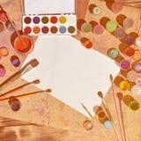 Tło wizerunku seansu interes w akwareli sztuce i obrazie Pusty prześcieradło papier, otaczający muśnięciami, puszki z waterc Obraz Stock