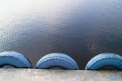 Tło woda jest ogrodzeniem robić samochodowe opony Zdjęcia Stock