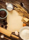 Tło wypiekowy czekoladowy tort składniki i pusty papier - zdjęcia royalty free