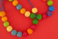 Tło z barwionymi drewnianymi perłami zdjęcie royalty free