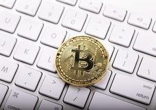 Tło z bitcoin na klawiaturze Cryptocurrency obrazy stock