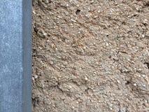 Tło z brown koloru cementu ściany poczta i łamającymi małymi otoczakami zdjęcia royalty free