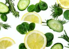 Tło z cytrynami, ogórkami i ziele, obrazy royalty free