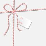 Tło z dratwa koronkowego i białego papieru prezenta etykietką Fotografia Royalty Free
