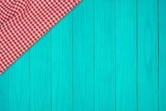 Tło z drewnianym tabletop i sprawdzać tablecloth zdjęcia stock
