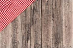 Tło z drewnianym tabletop i sprawdzać tablecloth fotografia stock