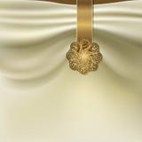 Tło z fałdami tkaniny i złota broszka Zdjęcie Stock