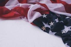 T?o z flag? Ameryka i b?yszcz?cymi gwiazdami na bia?ym tle zdjęcia royalty free