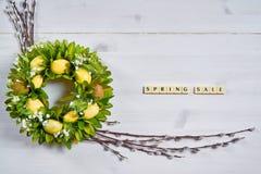 Tło z jajkami, baziami i tekst wiosny sprzedażą, Obrazy Royalty Free