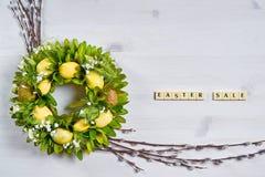 Tło z jajkami, baziami i teksta Easter sprzedażą, Fotografia Royalty Free