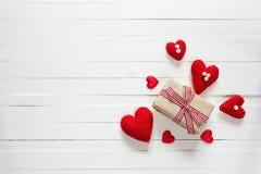 Tło z prezenta pudełkiem i serca na bielu malowaliśmy drewnianego plan Obrazy Royalty Free