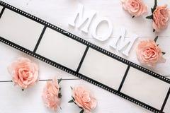 Tło z ramą w postaci filmu, różowych róż i mo, Obrazy Stock
