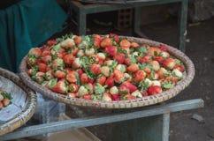 Tło z truskawkową owoc w Asia rynku obraz stock